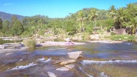 Ο κηφήνας αφαιρεί από τη γυναίκα και παρουσιάζει foamy ορμητικά σημεία ποταμού απόθεμα βίντεο