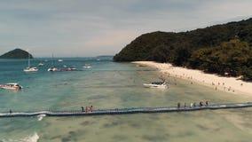 Ο κηφήνας νησιών κοραλλιών της Ταϊλάνδης πυροβόλησε τις μικρές αθλητικές βάρκες, μεγάλα καταμαράν, schooners αλιείας, ενεργός κυκ απόθεμα βίντεο