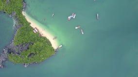 Ο κηφήνας περιστρέφεται πέρα από το πράσινο νησί με την παραλία άμμου στον κυανό κόλπο φιλμ μικρού μήκους