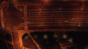 Ο κηφήνας πετά πέρα από την εθνική οδό μέσω της πόλης νύχτας απόθεμα βίντεο