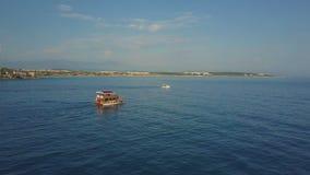 Ο κηφήνας προφθάνει ένα επιπλέον σκάφος Στο αριστερό υπάρχει μια βάρκα και μια παραλία απόθεμα βίντεο