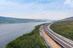 Ο κηφήνας πυροβόλησε το εναέριο τοπίο άποψης των κατώτερων φόρων αυτοκινητόδρομων κατασκευής κοντά στο μεγάλο φυσικό ποταμό στοκ εικόνες με δικαίωμα ελεύθερης χρήσης