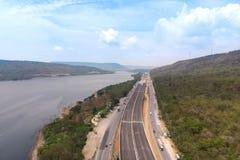 Ο κηφήνας πυροβόλησε το εναέριο τοπίο άποψης των κατώτερων φόρων αυτοκινητόδρομων κατασκευής κοντά στο μεγάλο φυσικό ποταμό στοκ εικόνα με δικαίωμα ελεύθερης χρήσης