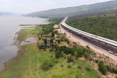 Ο κηφήνας πυροβόλησε το εναέριο τοπίο άποψης των κατώτερων φόρων αυτοκινητόδρομων κατασκευής κοντά στο μεγάλο φυσικό ποταμό στοκ φωτογραφίες με δικαίωμα ελεύθερης χρήσης