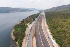 Ο κηφήνας πυροβόλησε το εναέριο τοπίο άποψης των κατώτερων φόρων αυτοκινητόδρομων κατασκευής κοντά στο μεγάλο φυσικό ποταμό στοκ φωτογραφία με δικαίωμα ελεύθερης χρήσης