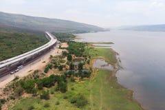 Ο κηφήνας πυροβόλησε το εναέριο τοπίο άποψης των κατώτερων φόρων αυτοκινητόδρομων κατασκευής κοντά στο μεγάλο φυσικό ποταμό στοκ εικόνες