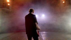 Ο κιθαρίστας αποδίδει στη σκηνή Σκηνικό φως, καπνός απόθεμα βίντεο