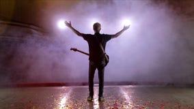 Ο κιθαρίστας αποδίδει στη σκηνή Σκηνικό φως, καπνός φιλμ μικρού μήκους