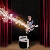 Ο κιθαρίστας αποδίδει σε ένα στάδιο Στοκ Φωτογραφία