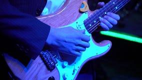 Ο κιθαρίστας είναι πολύ ενεργός στη σκηνή με τη ορχήστρα ροκ του φιλμ μικρού μήκους