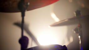Ο κιθαρίστας και ο τυμπανιστής παίζουν τους ρόούς τους σε μια απόδοση ορχηστρών ροκ φιλμ μικρού μήκους