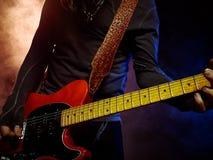 Ο κιθαρίστας παίζει σόλο Στοκ φωτογραφίες με δικαίωμα ελεύθερης χρήσης