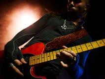 Ο κιθαρίστας παίζει σόλο Στοκ Εικόνες