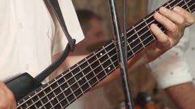 Ο κιθαρίστας παίζει την κιθάρα ως τμήμα μιας ζώνης, σε μια συναυλία απόθεμα βίντεο