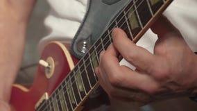 Ο κιθαρίστας παίζει την κιθάρα, ως τμήμα της ζώνης απόθεμα βίντεο