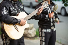 Ο κιθαρίστας παίζει την κιθάρα Στοκ φωτογραφία με δικαίωμα ελεύθερης χρήσης