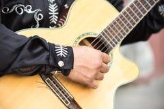 Ο κιθαρίστας παίζει την κιθάρα Στοκ Εικόνες