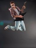 ο κιθαρίστας πηδά εμπαθή Στοκ Φωτογραφίες