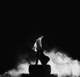 Ο κιθαρίστας που παίζει στη μεγάλη ηλεκτρική κιθάρα μέσα στοκ εικόνα