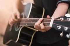 Ο κιθαρίστας που παίζει την ακουστική κιθάρα, κλείνει επάνω Στοκ Εικόνα