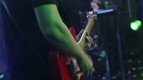Ο κιθαρίστας σε μια ζωντανή συναυλία, ένα άτομο παίζει την κιθάρα, μια ζωντανή απόδοση, συμφωνεί στη σκηνή, η μουσική ομάδα απόθεμα βίντεο