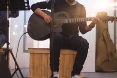 Ο κιθαρίστας στη σκηνή και τραγουδά σε μια συναυλία για το υπόβαθρο, στοκ εικόνες