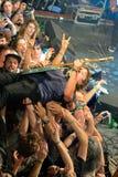Ο κιθαρίστας Ty Segall (ζώνη) αποδίδει επάνω από τους θεατές Στοκ Φωτογραφία