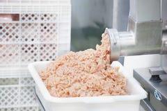 Ο κιμάς χοιρινού κρέατος προέρχεται από μια κρεατομηχανή Στοκ Φωτογραφίες