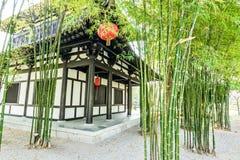 Ο κινεζικοί κήπος και το σπίτι μπαμπού στοκ εικόνα