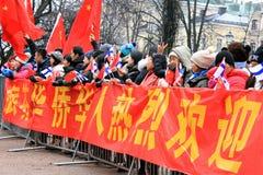 Ο Κινεζικός λαός περιμένει να δει ΧΙ Jinping στο Ελσίνκι Στοκ φωτογραφία με δικαίωμα ελεύθερης χρήσης