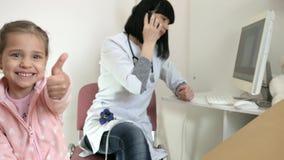 Ο κινητός γιατρός, σε απευθείας σύνδεση υπομονετική θεραπεία, γιατρός συσκέπτεται άρρωστο με τη βοήθεια του smartphone, ιατρική σ φιλμ μικρού μήκους