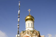 Ο κινητός πύργος τηλεφωνικών χειριστών ` s και ο θόλος εκκλησιών αυξάνονται στο μπλε ουρανό Στοκ φωτογραφία με δικαίωμα ελεύθερης χρήσης