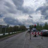 Ο κινητός φωτεινός σηματοδότης εμποδίζει τον τρόπο σε μια πλευρά της γέφυρας, στην οποία οι επισκευές πραγματοποιούνται στοκ φωτογραφία