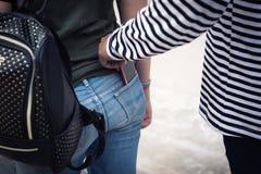 Ο κλέφτης οδών είναι stealing smartphone από τον τουρίστα Στοκ Φωτογραφία