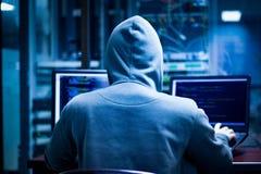 Ο κλέφτης πληροφοριών είναι χάκερ στοκ εικόνα