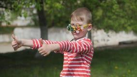 Ο κλώστης στα γυαλιά περιστρέφει Διασκέδαση στην οδό απόθεμα βίντεο