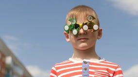 Ο κλώστης στα γυαλιά περιστρέφει Διασκέδαση στην οδό Αγοράκι ενάντια στο μπλε ουρανό φιλμ μικρού μήκους