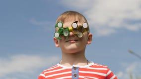 Ο κλώστης στα γυαλιά περιστρέφει Διασκέδαση στην οδό Αγοράκι ενάντια στο μπλε ουρανό απόθεμα βίντεο