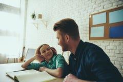 Ο κοκκινομάλλης πατέρας βοηθά την κόρη εφήβων στοκ φωτογραφίες