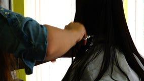 Ο κομμωτής κάνει ένα κούρεμα γυναικών ` s με το ψαλίδι και το πλέξιμο απόθεμα βίντεο