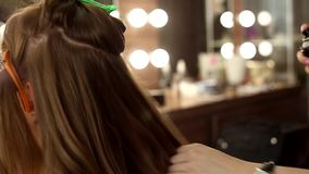 Ο κομμωτής κάνει τον προσδιορισμό του κοριτσιού τρίχας στο σαλόνι ομορφιάς απόθεμα βίντεο