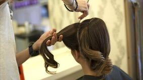 Ο κομμωτής κάνει το Hairstyle για μια γυναίκα απόθεμα βίντεο