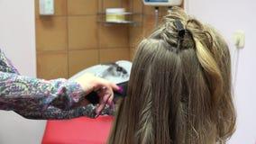 Ο κομμωτής κάνει hairstyle τη μακρυμάλλη γυναίκα στο σαλόνι ομορφιάς 4K απόθεμα βίντεο