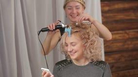 Ο κομμωτής ψεκάζει τη λακ και διορθώνει hairstyle τον πελάτη Τηλεοπτική πίσω πλάγια όψη κινηματογραφήσεων σε πρώτο πλάνο απόθεμα βίντεο