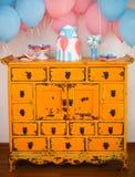 Ο κομψός γλυκός πίνακας με το μεγάλο κέικ, cupcakes, κέικ σκάει Στοκ Εικόνες
