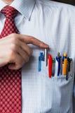 Ο κομψός μοντέρνος επιχειρηματίας που κρατά πολλές μάνδρες στην τσέπη στηθών του Στοκ φωτογραφία με δικαίωμα ελεύθερης χρήσης