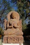 Ο κομψός πέτρινος Βούδας που κάνει το χέρι Mudras στοκ εικόνες