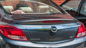 Ο κορμός και τα κόκκινα φω'τα στάσεων με το λογότυπο στο νέο αυτοκίνητο διακριτικών Opel κλείνουν επάνω Στοκ Φωτογραφία
