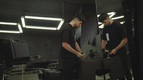 Ο κουρέας απολυμαίνει ένα ψαλίδι με έναν ψεκασμό και καθαρίζει με μια βούρτσα σε ένα barbershop Φορητός πυροβολισμός 4K απόθεμα βίντεο
