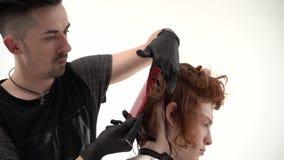 Ο κουρέας κάνει έναν μοντέρνο τύπο Hairstyle Νίκαια με τη μακριά κόκκινη τρίχα απόθεμα βίντεο